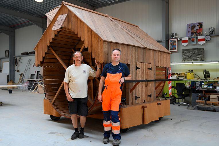Jo Vermeir (links) en rechterhand Kris Klerdan, op de foto bij de nieuw ontworpen tredkraan, hebben er al uren en uren werk op zitten om alle praalwagens op tijd klaar te krijgen.