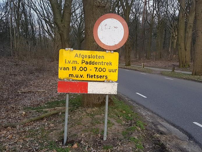 Het bord dat weggebruikers in Rhenen waarschuwt voor een boete.