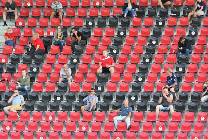 Fans van Go Ahead Eagles tijdens de testwedstrijd tegen Telstar.