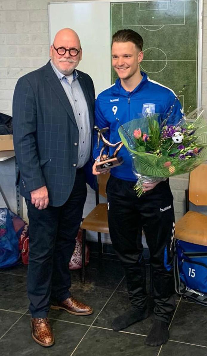 RKTVC-voorzitter Henk Driessen huldigt Maarten Klaare met bloemen en een beeldje.