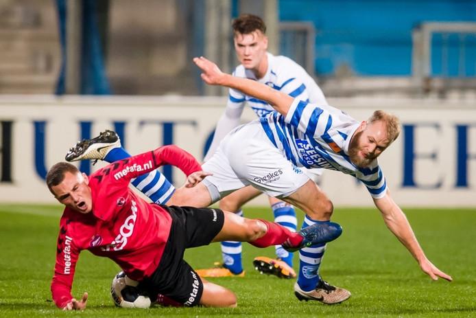 De Graafschap-speler Nathaniel Will in duel met Helmond Sport-aanvaller Jordy Thomassen.