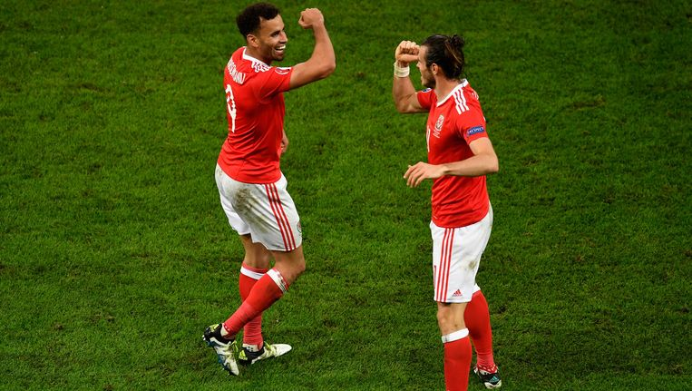 Robson-Kanu en Gareth Bale. Beeld getty
