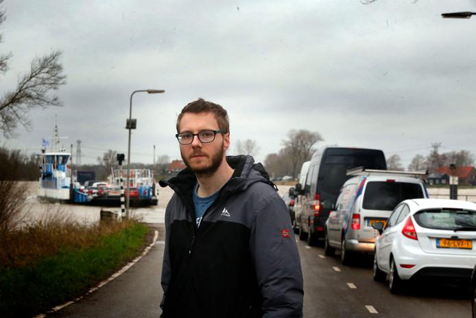Ruben Kant bij de pont aan de Werkendamse kant waar hij sinds de afsluiting van de N3 stukken drukker is met mensen die de snelweg willen vermijden.