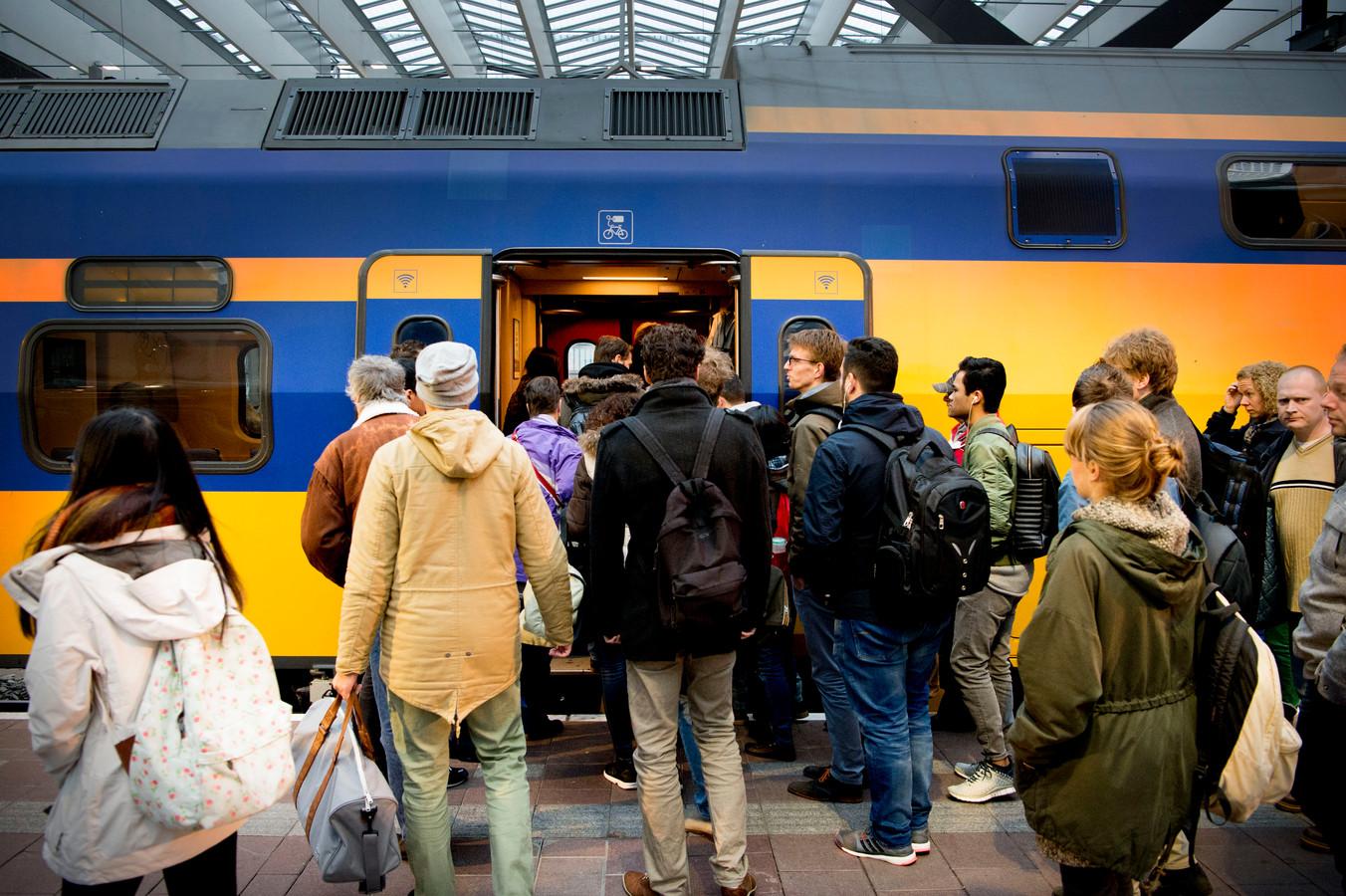 Reizigers stappen op de trein op Rotterdam Centraal.