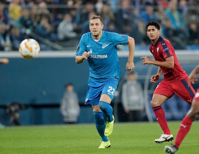 Artem Dzyuba (links) schudt Pablo van Bordeaux van zich af.