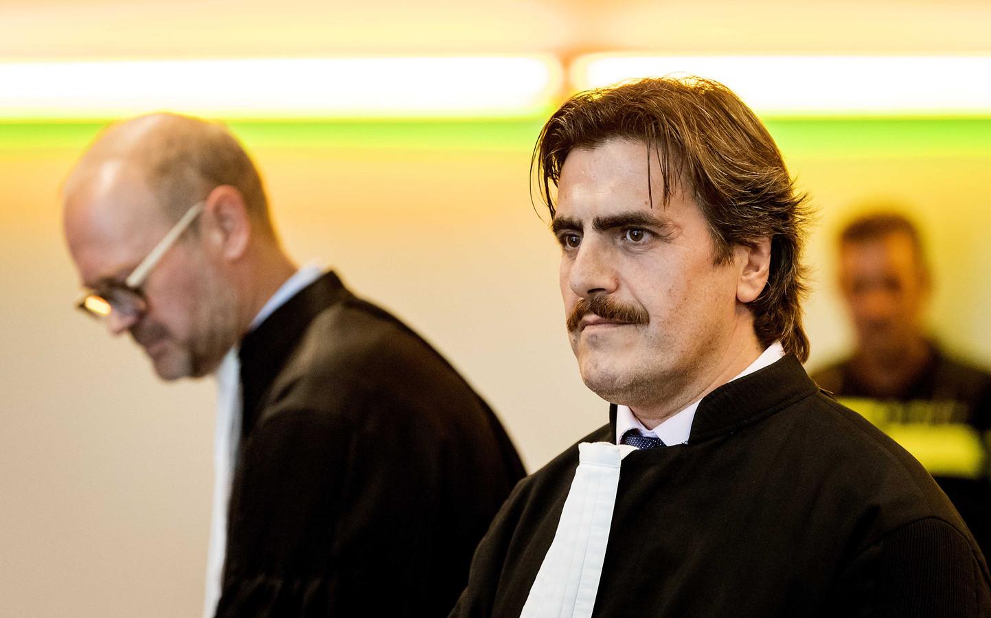 Advocaat Ejder Köse (rechts) in de rechtbank voor een kort geding.