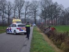 Auto belandt op de kop in sloot in Doetinchem