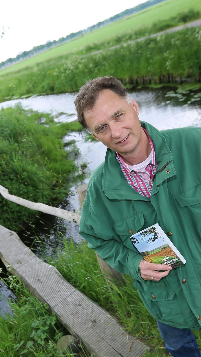 Wim Huijser, hier in het Wageningse Binnenveld, heeft een boek geschreven over klompenpaden