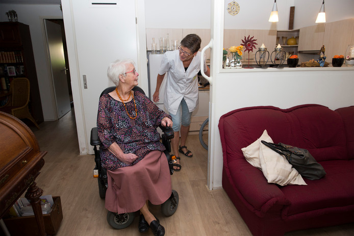 Wijkverpleegkundige Ingeborg Deddens in Zevenaar bij een cliënt. Foto: Theo Kock