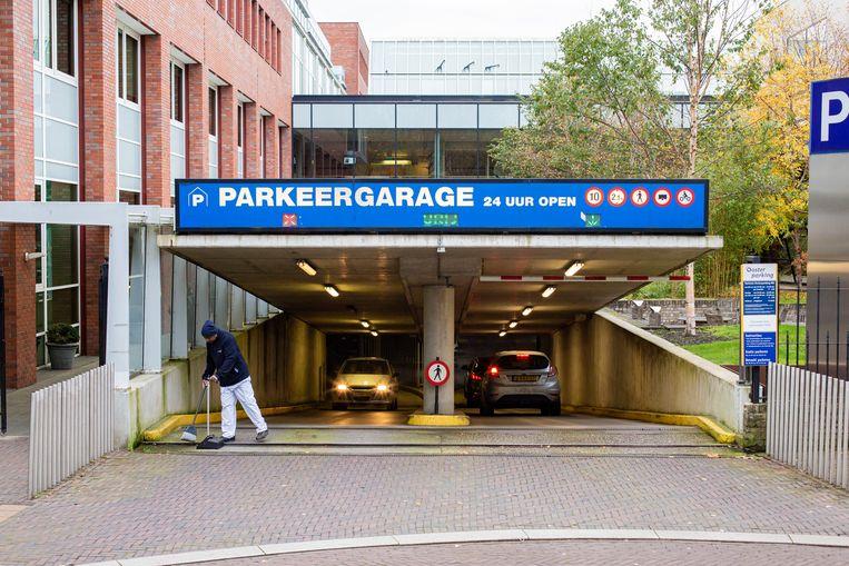 → Bezoekers en patiënten van het OLVG Oost betalen het meest van iedereen                                        voor een parkeerplek in de garage. Beeld Maarten Brante