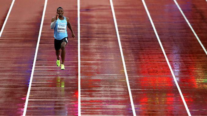 Wat een beeld! Zieke Makwala mag dan tóch de 200 meter lopen... en plaatst zich in z'n eentje voor halve finale