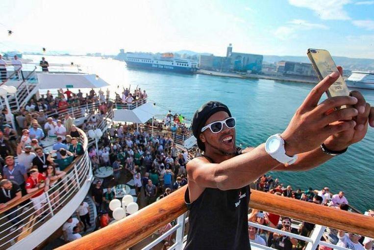 Op een partyboat op het Griekse eiland Mykonos.