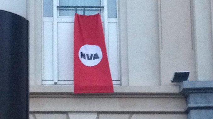 Naziachtige banier 'verwelkomt' Theo Francken en Jan Jambon in Brussel