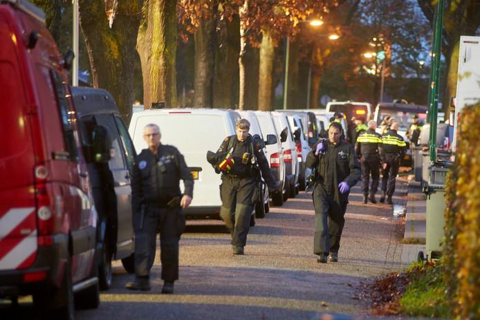 Politieagenten bij het kampje aan de Hoogheuvelstraat in Oss, bij de start van de Operatie Alfa