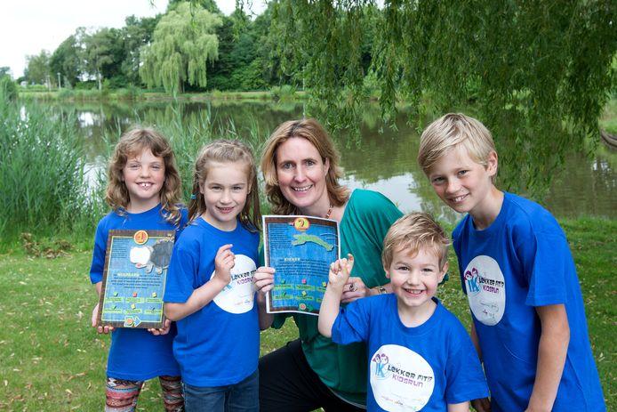 Magda Mali met de vier kinderen die de Kidsbeweegroute in Raalte hebben ontworpen en uitgevoerd.