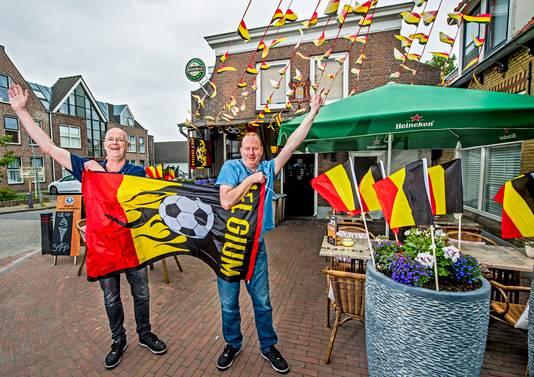 Rob Hielema (l) en Gert Jan de Vos van het Wapen van Moerkapelle zijn er klaar voor om de Belgen toe te juichen.