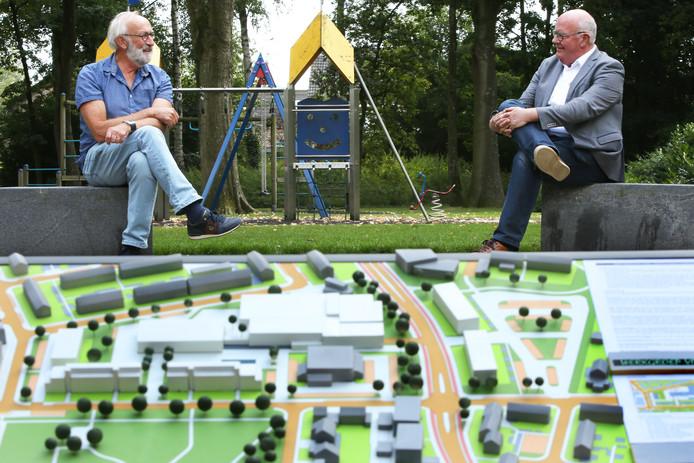 Sjef Dekkers (L) en Duc Boorsma (R) hebben alternatief plan voor Geerhoek-gebied in Wouw. Hier op de foto met hun zelfgemaakte maquette in het parkje tenmidde van het betreffende gebied