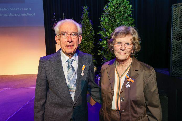 Andries en Ria Smaal kregen zaterdag eindelijk hun koninklijke onderscheiding opgespeld.