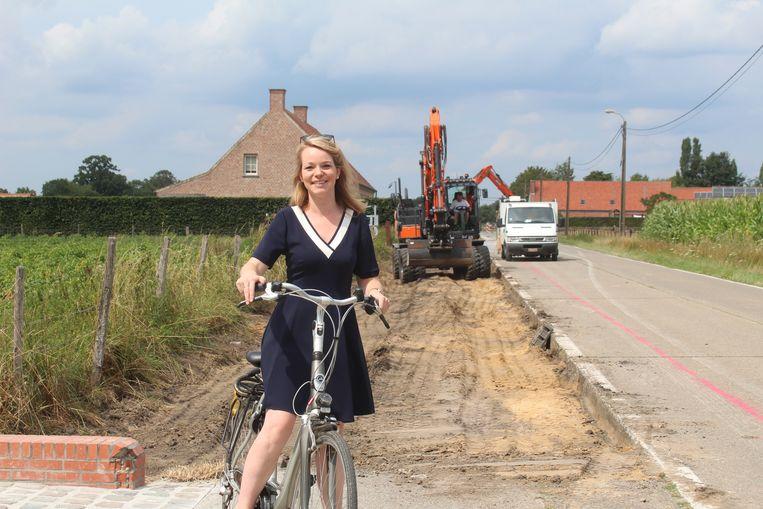 Schepen Sanne Van Looy bij de werf in de Oude Molenstraat.