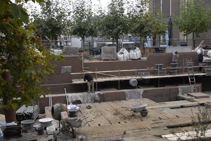 De werkzaamheden aan de nieuwe kademuur Veghel zijn in volle gang.