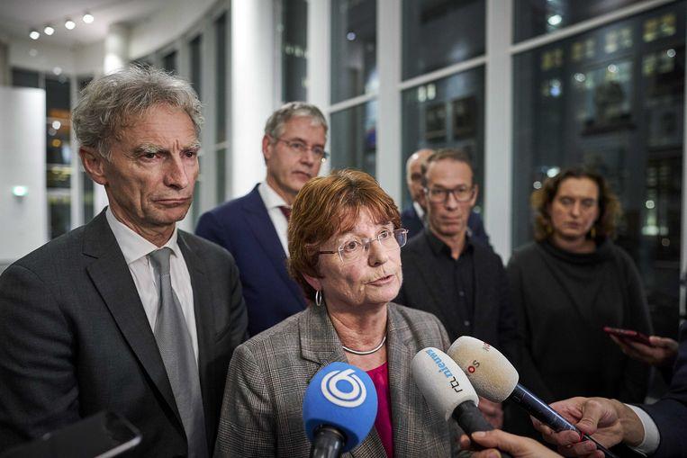 Liesbeth Verheggen, de inmiddels opgestapte voorzitter van de AOb, lichtte vrijdag het onderwijsakkoord toe. Achter haar minister Slob van onderwijs. Beeld ANP