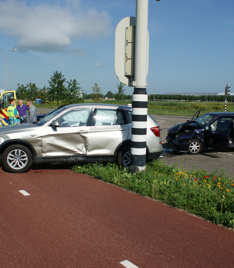 Twee voertuigen botsen op elkaar in Ede