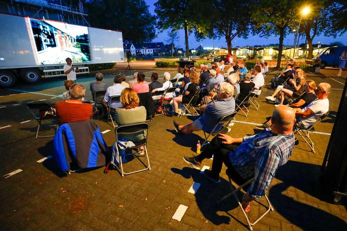 Bezoekers van filmfestival de Nacht van het Witte Doek bekijken de film over de treinkaping bij De Punt op het Stationsplein.