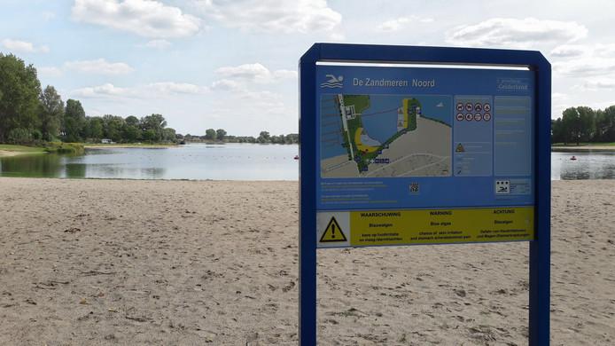 Het is even zoeken, maar er wordt gewaarschuwd voor blauwalg in De Zandmeren.