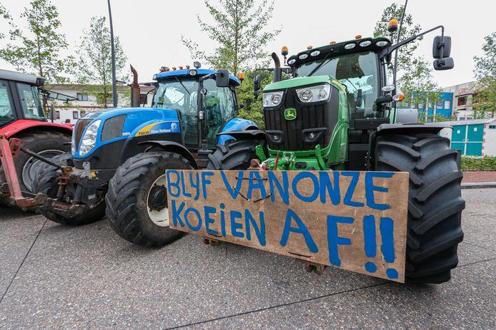 Boeren voeren al een week actie tegen de nieuwe veevoermaatregel van het kabinet.