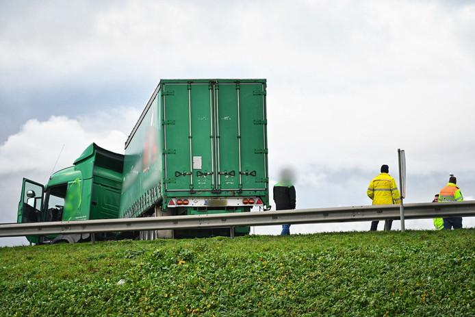 Ongeluk met vrachtwagen op A16.