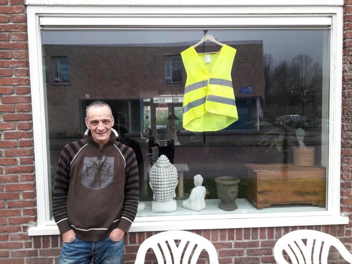 Oisterwijker Hans van Velthuijsen hing uit protest een geel hesje achter zijn raam