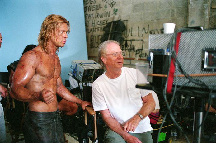 Wolfgang Petersen (rechts) en Brad Pitt tijdens de opnames van 'Troy'.