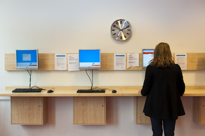 Een jonge vrouw bekijkt vacatures bij het Werkplein. Het aantal bijstandsgerechtigden in zes West-Brabantse gemeenten is dit jaar gedaald met 2 procent.