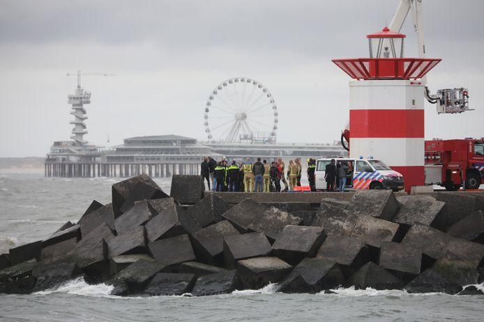 Met behulp van een hoogwerker wordt een stoffelijk overschot vandaag bij het Noordelijk Havenhoofd in Scheveningen geborgen.