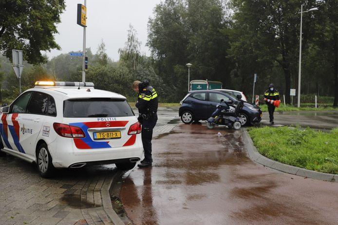 De scootmobiel staat nog op de plek van het ongeluk. De bestuurder is met onbekend letsel naar het ziekenhuis gebracht.