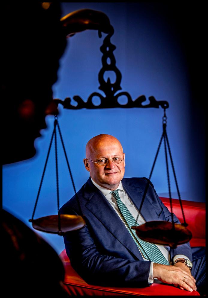 Minister van Justitie, Ferdinand Grapperhaus bij het beeld van Vrouwe Justitie.