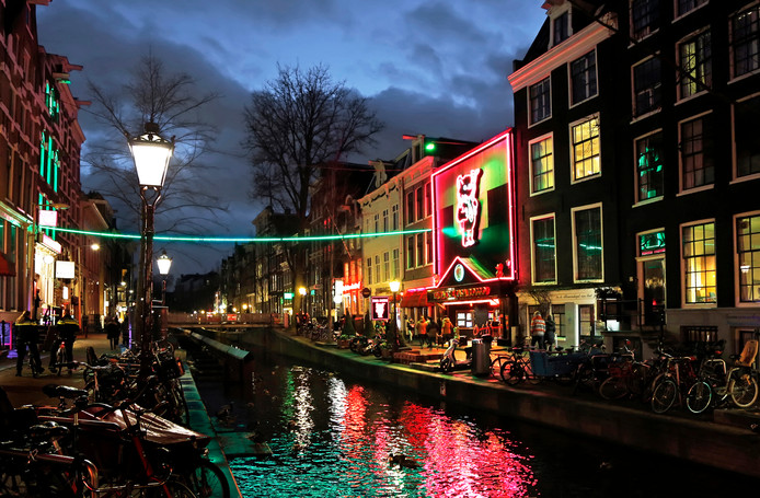 De Wallen in Amsterdam met rechtsmidden het beoogde doelwit Casa Rosso.