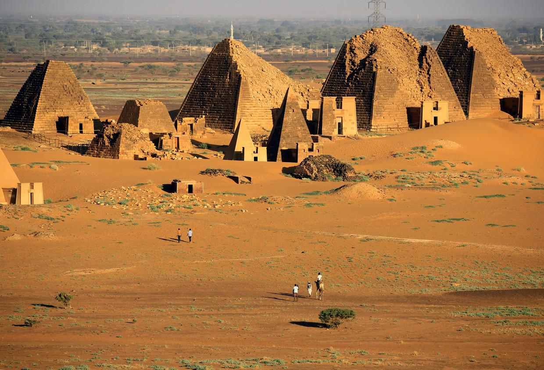 De piramides bij Meroë in Noord-Soedan, die bedreigd worden door het wassende water van de Nijl.