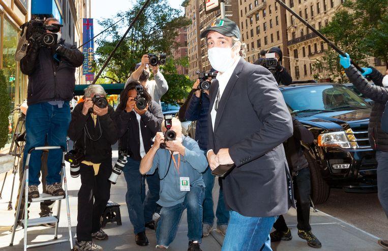 Archiefbeeld. Michael Cohen arriveert bij zijn appartement in New York nadat hij uit voorzorg werd vrijgelaten vanwege corona. (21/05/2020).