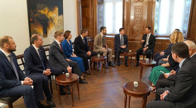 De Syrische president Bashar Assad ontving zondag een delegatie Russische politici in Damascus. Beeld AFP