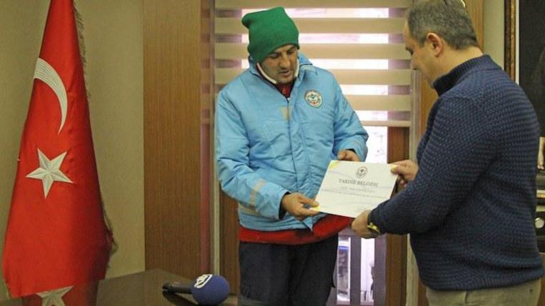 De man ontving een speciale oorkonde van de burgemeester voor zijn hartverwarmende daad.