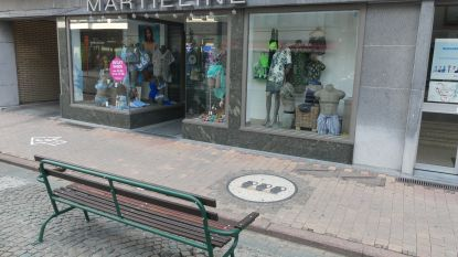 Zitbank kijkt uit op etalage lingeriewinkel… maar is ondertussen verplaatst
