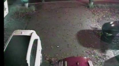 """Bloembakdieven gefilmd terwijl ze betrapt worden door alerte buurjongen: """"Lachend sloegen ze op de vlucht"""""""