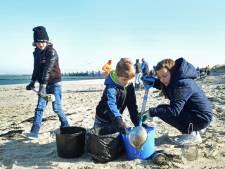 Schoonmaken van strand Neeltje Jans met keukenzeef is monnikenwerk, maar het helpt