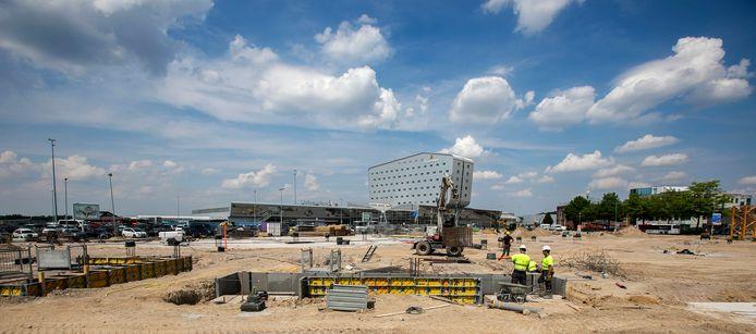 De werkzaamheden op P1 bij Eindhoven Airport zijn in volle gang.