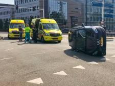 Auto met moeder en kind op de kant in Eindhoven