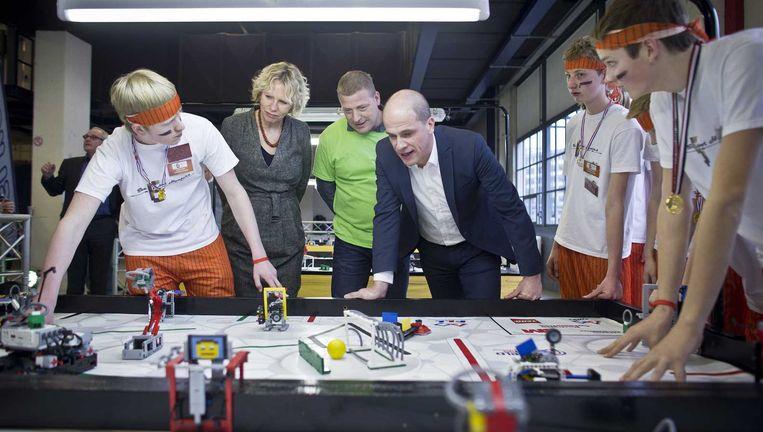 PvdA-leider Diederik Samsom krijgt uitleg over technisch Lego tijdens het Toekomstfestival in Eindhoven, begin deze maand. Beeld ANP