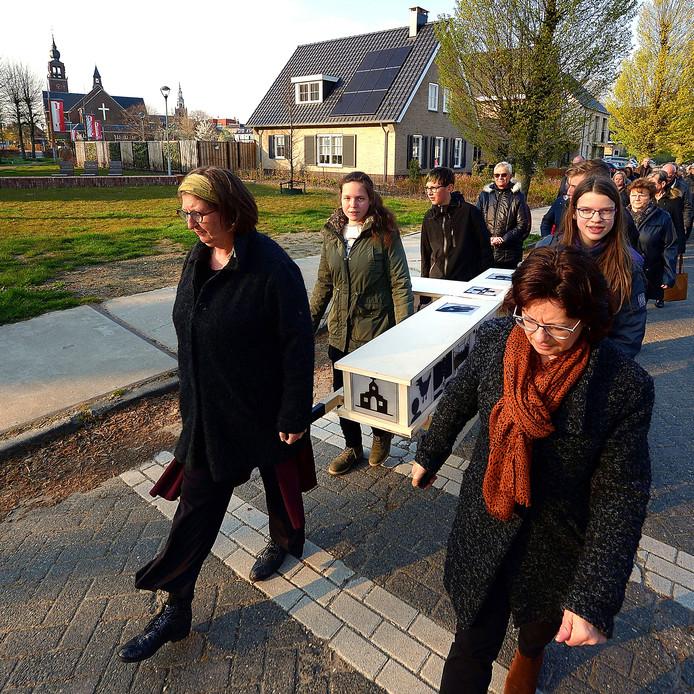 Kruisdraging door Zevenbergen op weg naar de kerk.