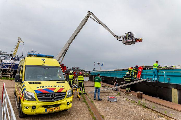 De schipper viel door een onderuit schuivende ladder in het ruim van zijn schip in Raamsdonksveer. Hij moest met een hoogwerker van de brandweer uit het ruim worden gehaald.