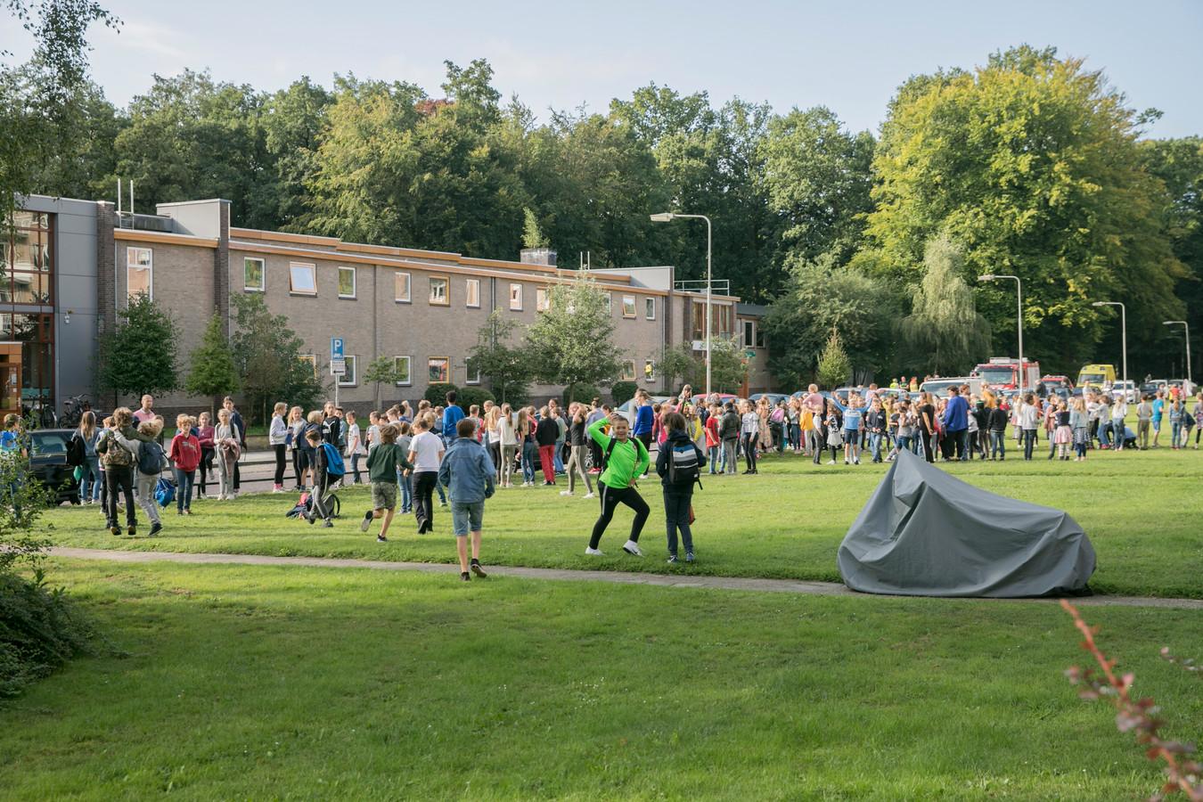Leerlingen buiten het schoolgebouw aan de Bernhardlaan in Arnhem